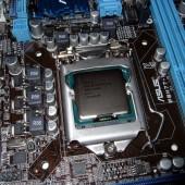 Il processore Intel i3-3225 montato correttamente nel suo socket 1155.