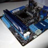 E anche i due banchi da 4 GB di RAM sono installati al loro posto.