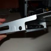Si assicura anche l'HD SSD con le viti nel suo supporto.