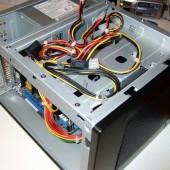 """Rimontato nel case il supporto con l'HD. lo spazio per il CD è sfruttato per """"parcheggiare"""" i cavi inutilizzati della PSU."""
