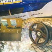Il volante e la pedaliera usati sulla F1